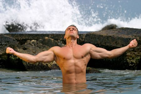 мускулистый мужчина в воде