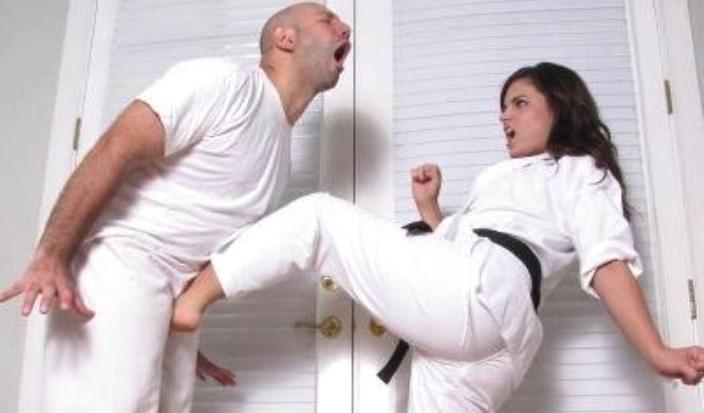 женщина наносит удар между ног мужчине
